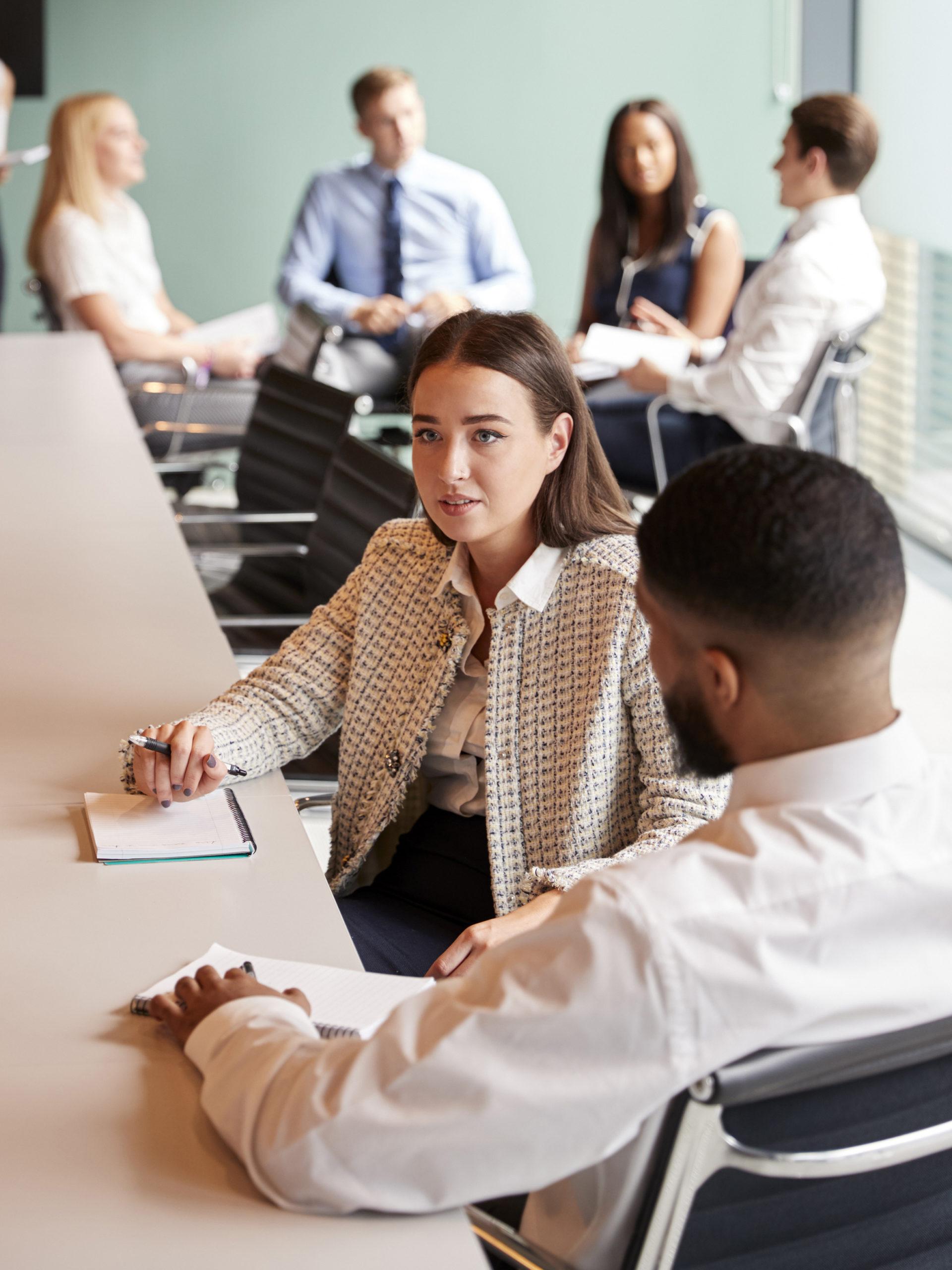 Bewerber und HR im Vorstellungsgespräch des mindwise Assessments