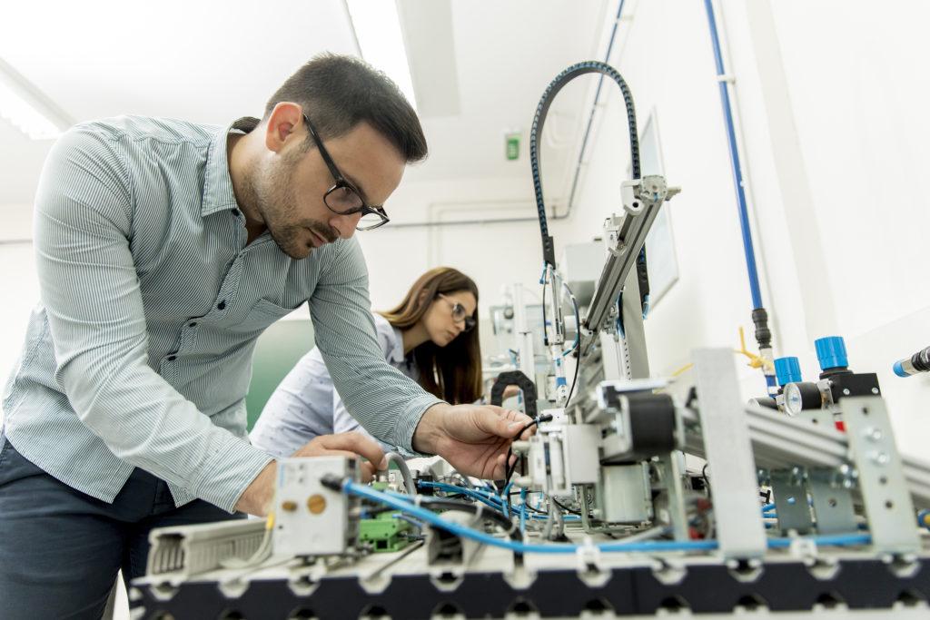 Kompetente Technik-Frachkräfte arbeiten nach Einstellung kreativ